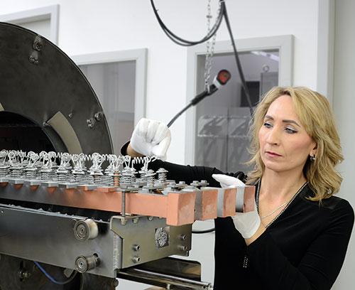 das Aluminium wird in kurzer Zeit verdampft und legt sich auf der Gehäuse-Innenseite ab