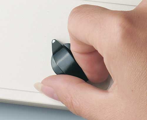 Botones giratorios con fijación lateral de tornillos
