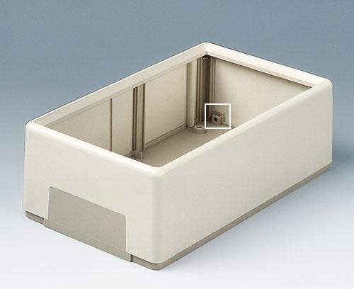 Pour la fixation au mur, le cadre du boitier peut-être vissé à la partie inférieure à partir du côté (types A)