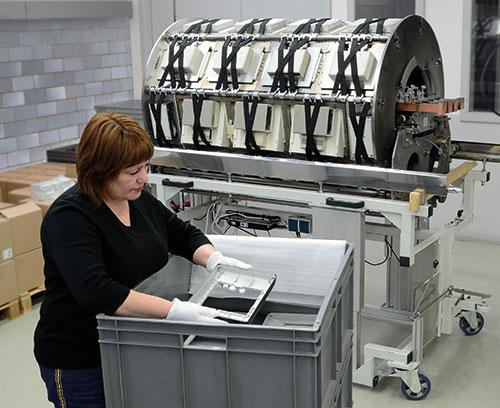 Installation de métallisation : boitier placé dans la fixation ; toutes les parties exclues de la métallisation doivent être recouvertes