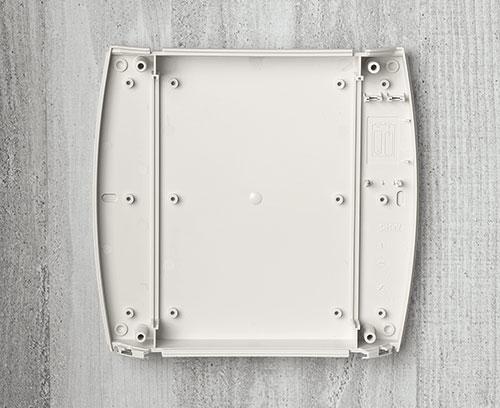 Fixation au mur aisée aux coins du boitier ou au moyen des trous oblongs