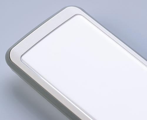La vitre frontale fidèle aux contours (accessoire) protège les afficheurs situés en dessous