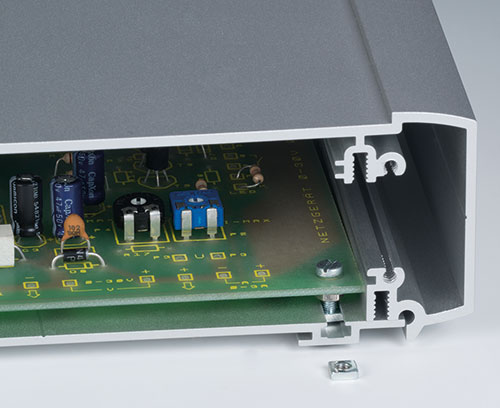 Fixation du circuit imprimé sur le profilé du socle (écrous carrés en acc.) ; En alternatif dans les guides pour l'insertion des cartes