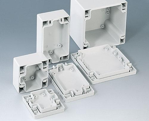 Des bossages de fixation intégrés dans la partie inférieure / supérieure